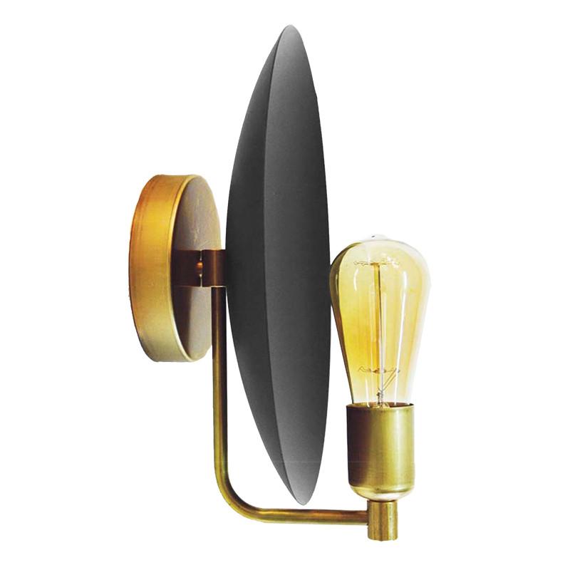 Aplique de pared, armazón de latón en acabado satinado, 1 luz, con difusor metálico en acabado negro. SIN BOMBILLA.