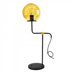 Lámpara de sobremesa, armazón metálico en acabado negro, con elementos decorativos de latón