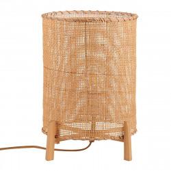 Lámpara de sobremesa con pantalla de ratán natural y base con patas de madera.