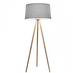 Lámpara de pie de salón, Serie Bea, con estructura de trípode de madera y pantalla de tela gris.