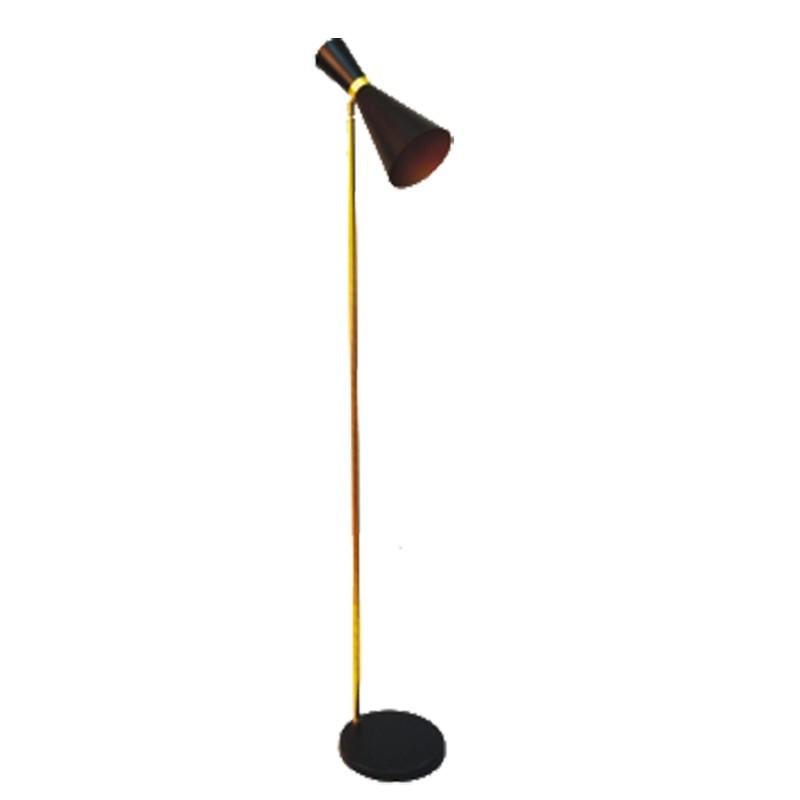 Lámpara Pie de Salón, estilo retro, estructura metálica en acabado negro, con elementos de latón en acabado satinado, 1 luz.