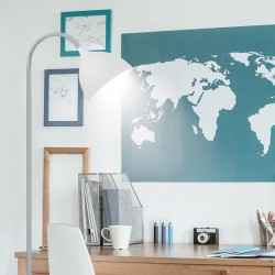 Lámpara Pie de Salón, Serie Tamal, en acabado plata, con pantalla acrílica.