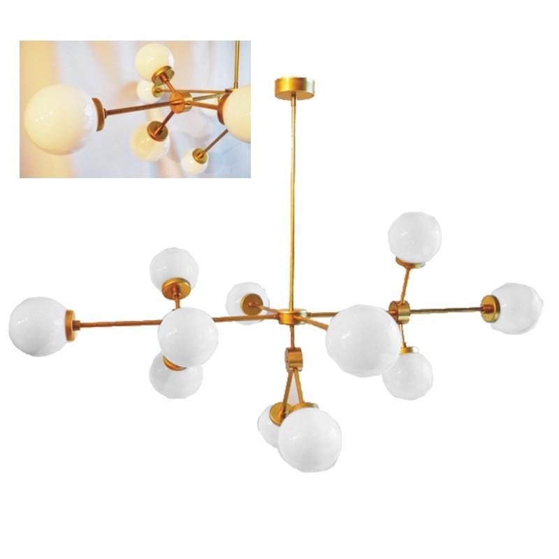 Lámpara de techo, estilo retro vintage, material latón, con bola de cristal opal blanco.