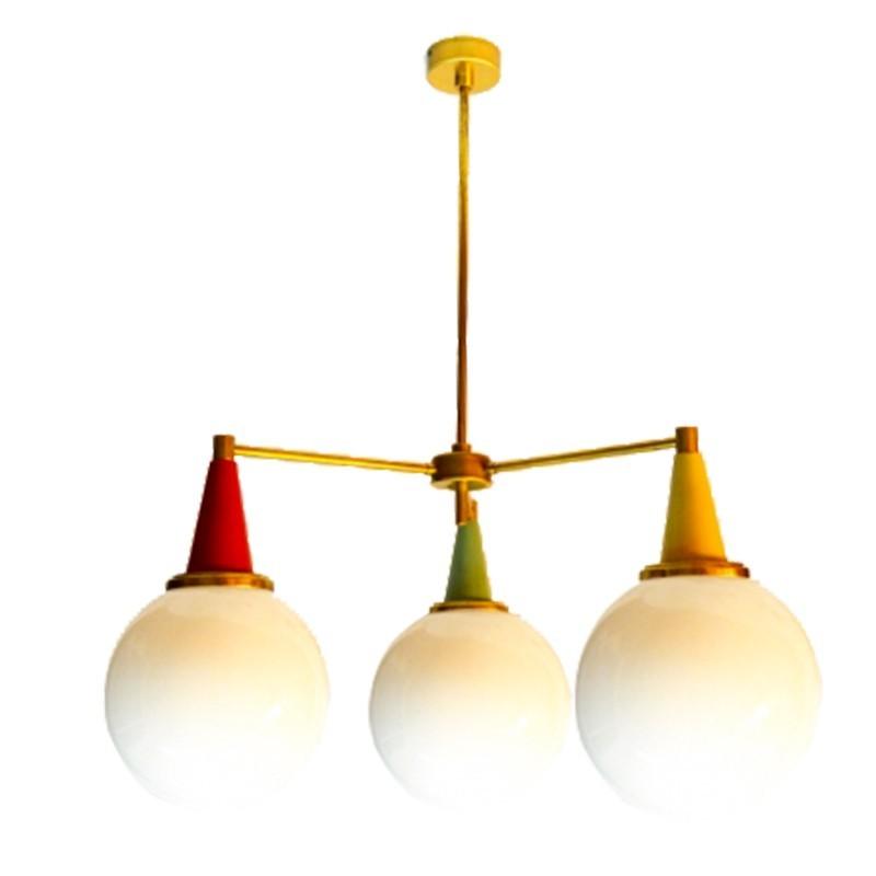 Lámpara de techo, en latón combinado con colores amarillo, rojo y verde, con bolas de cristal opal brillo de Ø 20 cm.